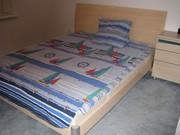 Двухспальная кровать с прикроватной тумбочкой